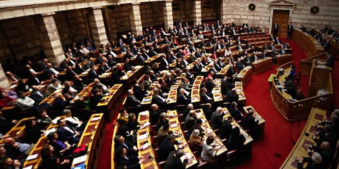 """Mentre la Borsa di Atene crolla il Parlamento greco e l'Eurogruppo approvano il terzo prestito e il """"Fondo per privatizzazioni"""" sarà operativo entro il 2015″ con Test ogni tre mesi. Di Felice Di Maro"""