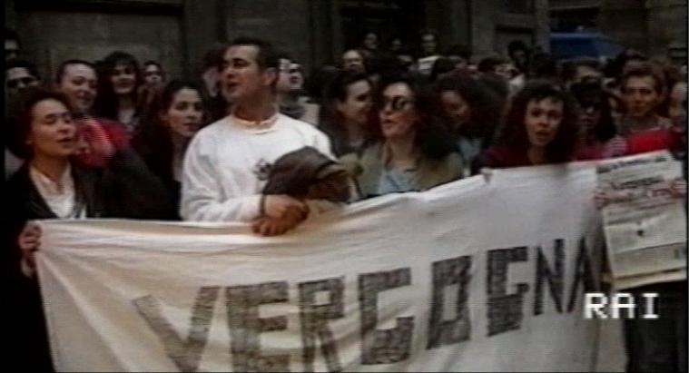 Lo striscione di elettori PDS (attuale PD) esposto fuori dall'Hotel Raphael di Roma prima del lancio di monetine a Craxi, anno 1993.