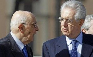 WCENTER 0XMMAIWBML Il presidente della Repubblica Giorgio Napolitano (S) e il presidente del Consiglio Mario Monti (D) in una fotol d'archivio. ANSA/ALESSANDRO DI MEO
