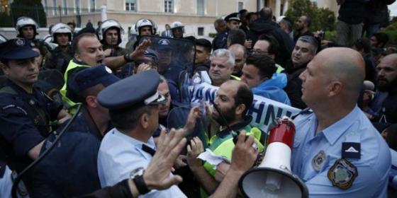 In Grecia la polizia parteggia per i dimostranti anti Austerity: come al solito attendiamo le minacce turche di invasione (sobillate da Berlino)