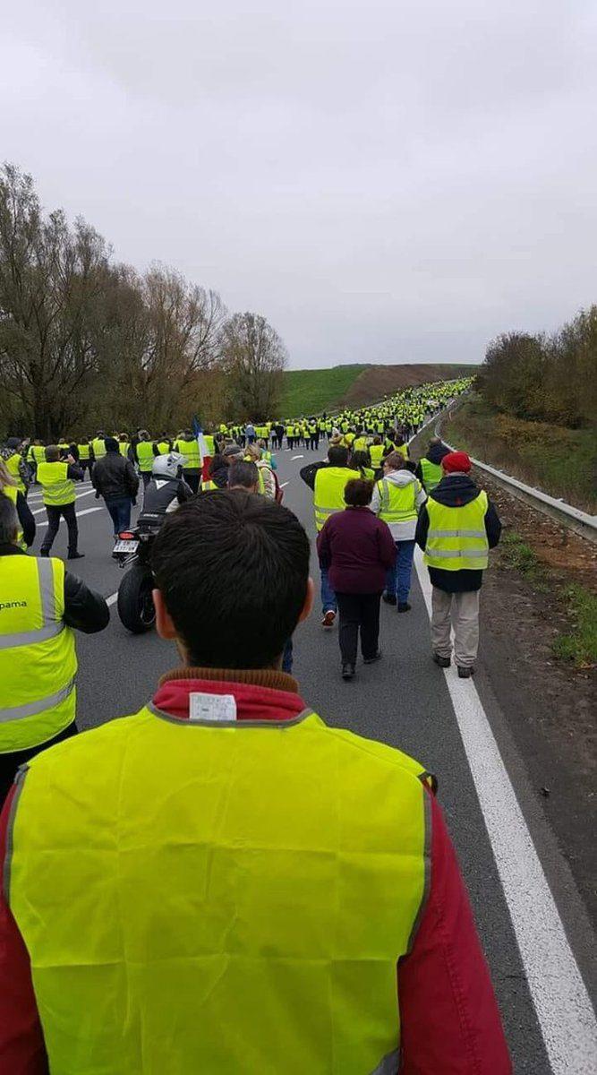 Successo per i Gilets Jaunes in Francia. 244 mila persone bloccano il paese.