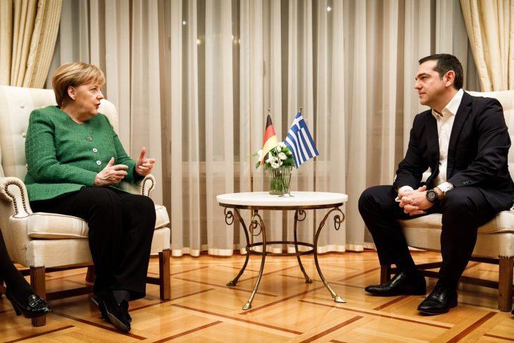 Merkel va in visita da Tsipras. Gli mostra la solidarietà europea, quella che ha distrutto la Grecia