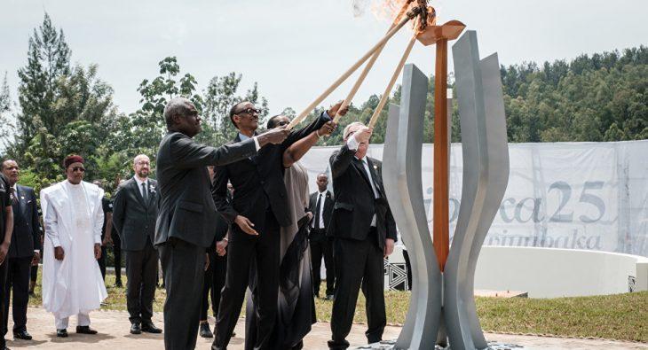 Juncker commemora i 25 anni dall'eccidio del Ruanda-Burundi.. dando fuoco alla first lady!