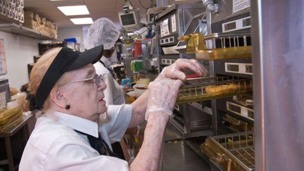 USA: lavorano sempre più anziani, ma crolla la partecipazione fra i giovani