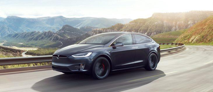 Tesla taglia il prezzo delle auto per la terza volta in tre mesi. Come mai?