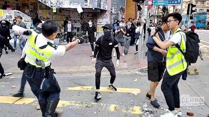 HONG KONG, LA POLIZIA SPARA A BRUCIAPELO AI MANIFESTANTI (VIDEO). Passo avanti verso il caos