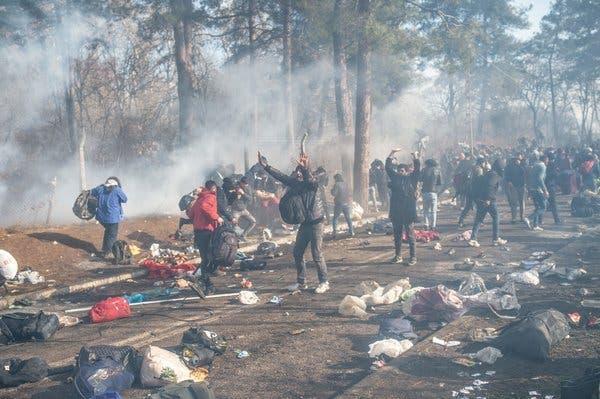GRECIA: TRA RIVOLTA ED INVASIONE. Un paese allo stremo, mentre l'Unione Europea tentenna di fronte alla Turchia. Scontri coi migranti alla frontiera