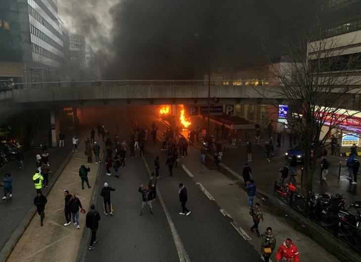 PARIGI BRUCIA, ORMAI E' PERSA. Incendio in centro, scontri fra congolesi e polizia