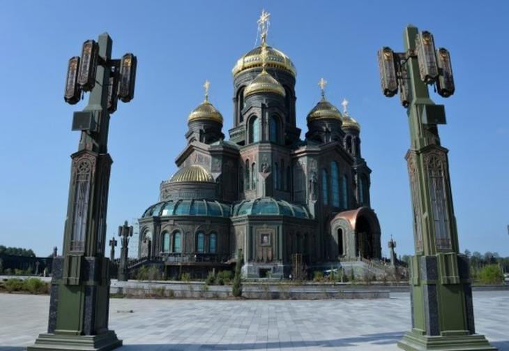 MENTRE IN OCCIDENTE ABBATTONO LE STATUE, IN RUSSIA SI COSTRUISCONO CATTEDRALI