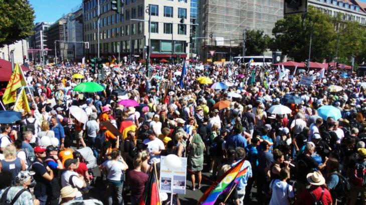 Democrazia a senso unico: a Berlino vietate le manifestazioni contro il lockdown, ma permesse le contromanifestazioni…