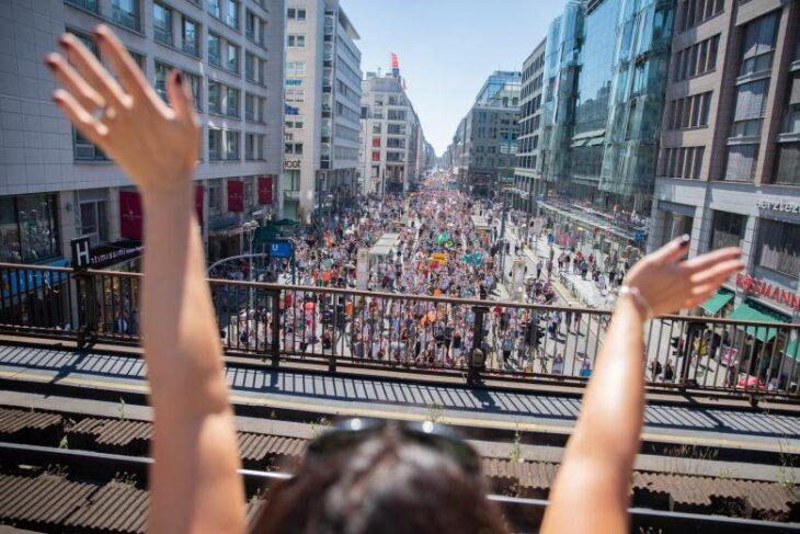 20 MILA PERSONE MANIFESTANO A BERLINO CONTRO IL LOCKDOWN.. e non erano dei pazzi fassisti