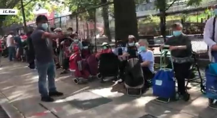New York: ecco la coda di chi aspetta la distribuzione del cibo