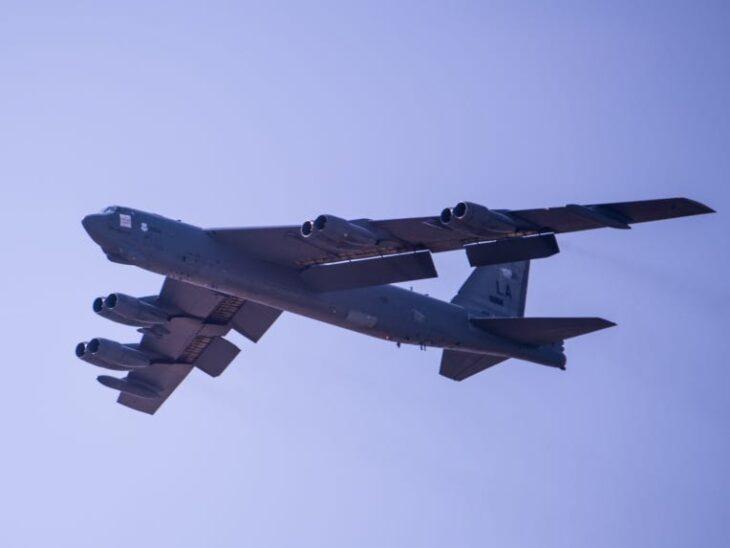 Bombardiere B52 e Sukhoi Su 27 manovrano a poche decine di metri. Scene da brivido