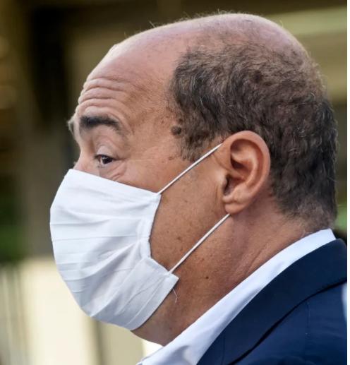 Il «pasticcio» di Zingaretti: 2,8 milioni di camici a rischio sequestro nel Lazio. Fa bene a nascondersi con la mascherina