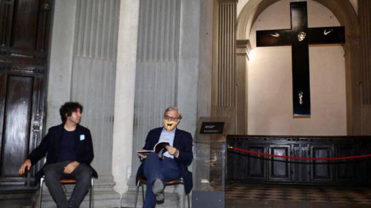 Vittorio Sgarbi china il capo sotto il crocifisso di Michelangelo (e parla del Cristianesimo e delle opere di Lorenzo Puglisi) di Francesco Perretta