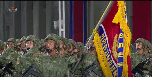 Kim Jong-Un rivela il suo ultimo giocattolo strategico con una mega-parata a sorpresa