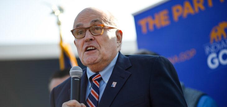 Rudolph Giuliani: «Abbiamo 1.000 foto fra l'inappropriato e l'illegale e le mostreremo nei prossimi cinque giorni»