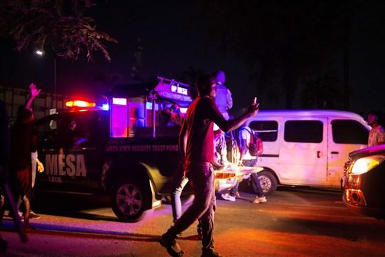 La Polizia spara sulla folla. In Nigeria le proteste contro la polizia finiscono in strage