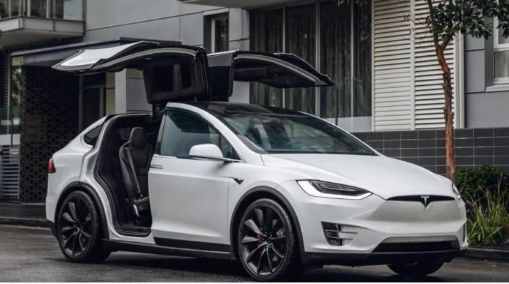 Tesla blocca inspiegabilmente gli ordini per il Model Y base