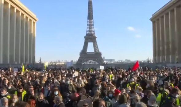 """Francia in fiamme contro la legge """"salva-Polizia"""" di Macron"""