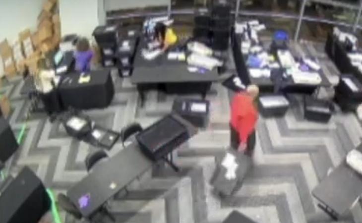 Ecco le prove video dei brogli in Georgia. Le riprese mostrano gli scrutatori che fanno sparire casse di schede