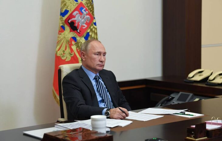 Putin ordina l'inizio della vaccinazione di massa. Prima nel pomeriggio lo stesso annuncio da Johnson