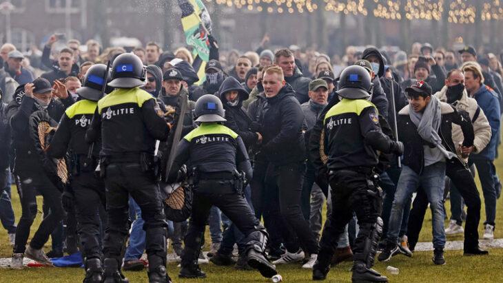 PROTESTE AD AMSTERDAM E VIENNA PER LE MISURE ANTI-COVID