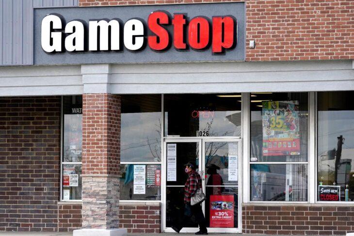 Caso Gamestop: hanno dato i fucili al popolo per distrarli, ora si stupiscono perchè assaltano i palazzi. Robinhood ricapitalizzata