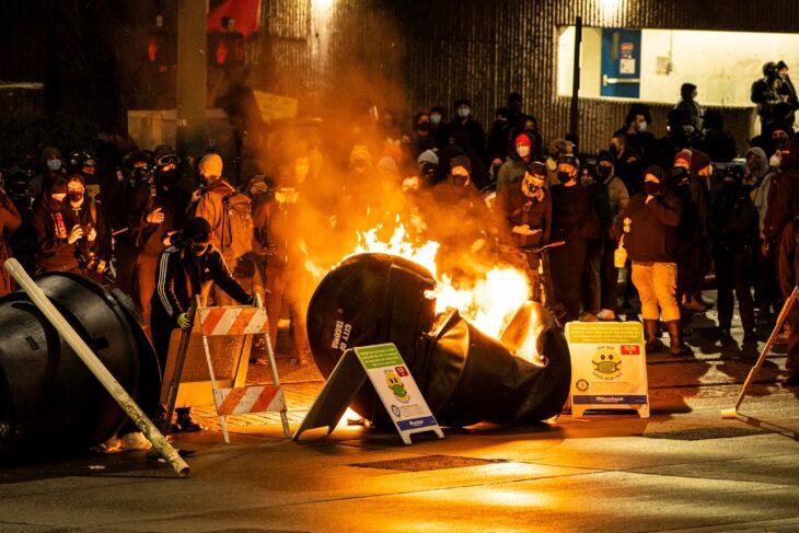 Rivolte a Tacoma (WA). Un'auto della Polizia sfonda nella folla, feriti…