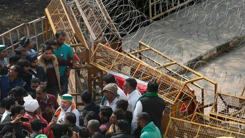 India: il governo blocca internet e Twitter, mentre esplodono le proteste dei contadini