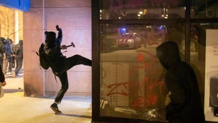 Quinto giorno di scontri a Barcellona. Città all'esasperazione