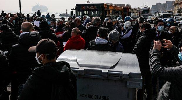 Proteste a Napoli bloccano il lungomare. Situazione esplosiva