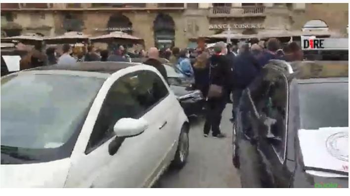 """""""Il governo ha levato il pane della nostra famiglia"""". Protesta di Taxisti e Ristoratori a Firenze contro i DPCM e Nardella"""