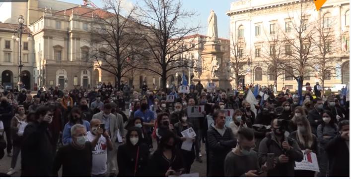"""""""Questi non capiscono un C…o di noi"""".  Grossa protesta di piazza dei ristoratori a Milano"""