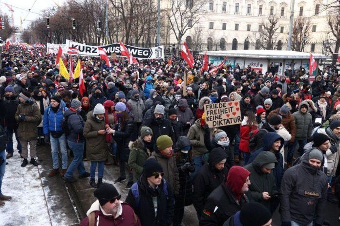 """""""Kurz deve andarsene"""". Migliaia di persone in piazza a Vienn contro il Cancelliere e le misure anti-covid"""