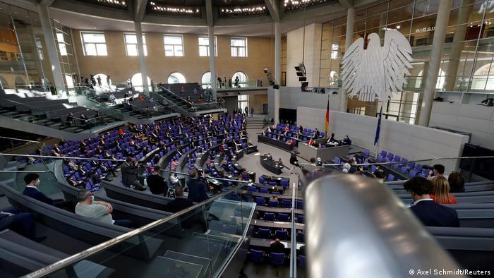 """Il parlamento tedesco vota la nuova """"legge sulla salute"""" restrittiva. Manifestazioni e scontri in piazza"""