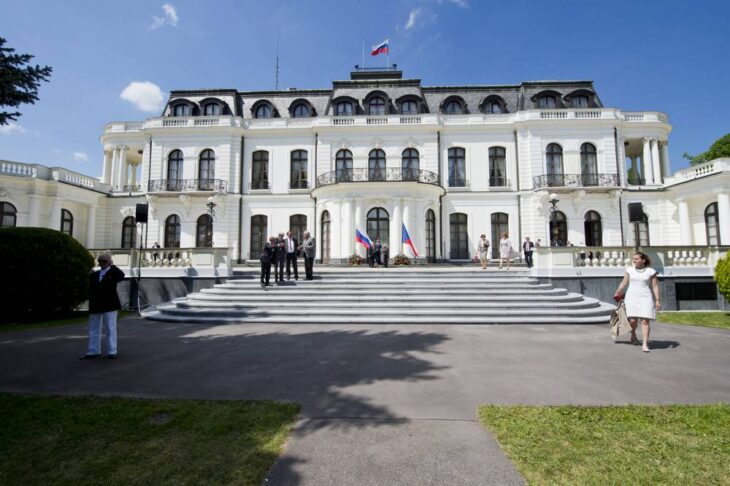 Praga espelle 18 diplomatici russi per l'esplosione di un deposito di munizioni nel 2014
