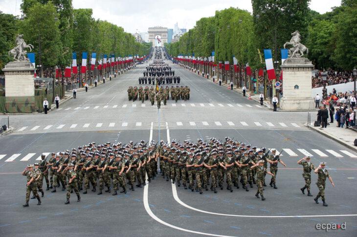 """""""La Francia è in pericolo"""". Venti generali e migliaia di militari scrivono a Macron una dura lettera di richiamo"""