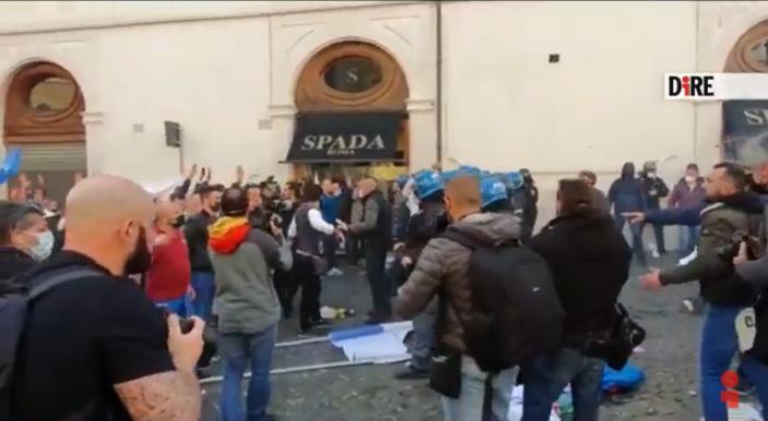 Grande manifestazione #Ioapro con scontri con la Polizia