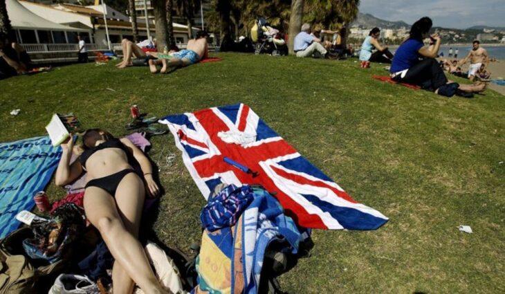 Nessun test covid per i vaccinati inglesi che vogliono andare in Spagna. La via italiana al turismo è invece è il caos
