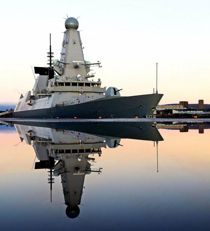 Nave ed aerei russi sparano colpi di avvertimento a cacciatorpediniere britannico. Mar Nero rovente