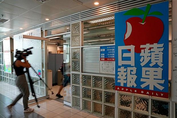 La polizia di Hong Kong arresta dirigenza di un quotidiano. Le sue copie vanno a ruba. La libertà muore, ma battendosi
