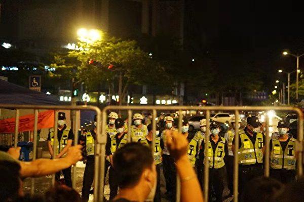 Lockdown in Cina: scontri nel Guangdong per le chiusure. Code enormi per i test