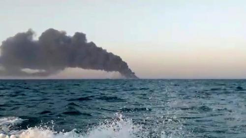 La più grande nave da guerra iraniana ed una raffineria prendono fuoco.