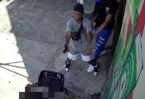 """""""Sicurezza"""" nella New York dei Dem: sparatoria in pieno giorno davanti ad un negozio."""