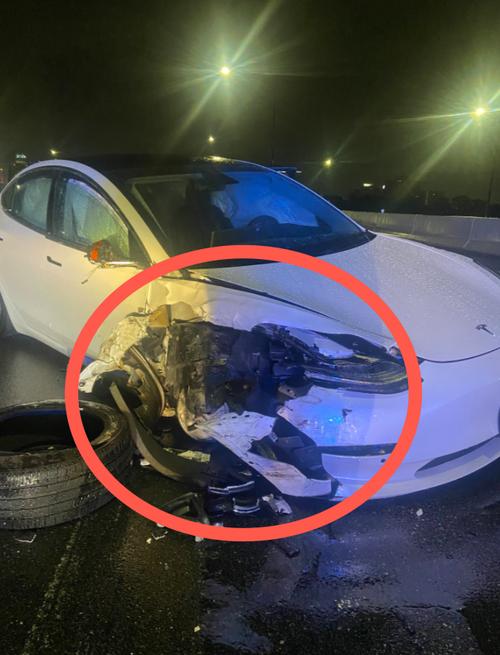 Tesla in autopilota si schianta contro la polizia