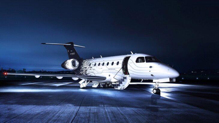 Io volo, tu no. Mentre le linee aeree tagliano linee e aumentano prezzi, i big della Commissione volano come VIP