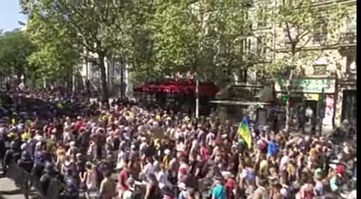 Francia: 250 Mila persone in piazza contro covid pass