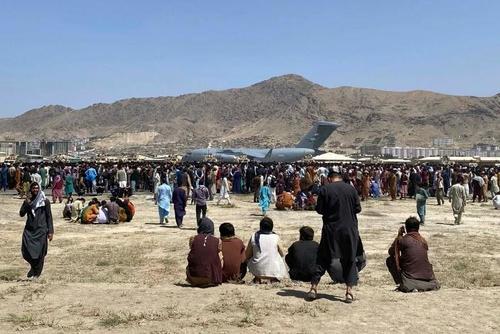 Dopo 13 ore il governo USA cambia idea: americani, non andate all'aeroporti di Kabul!