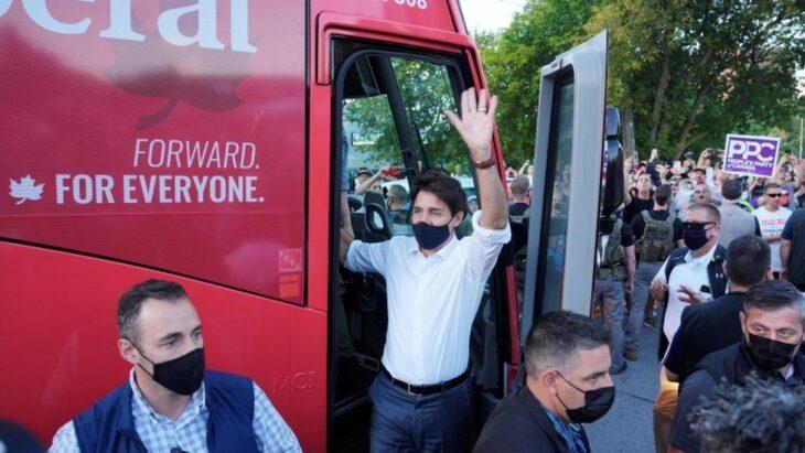 Il Super-dem Justin Trudeau contestato e preso a sassate (piccoli) durante il suo tour elettorale